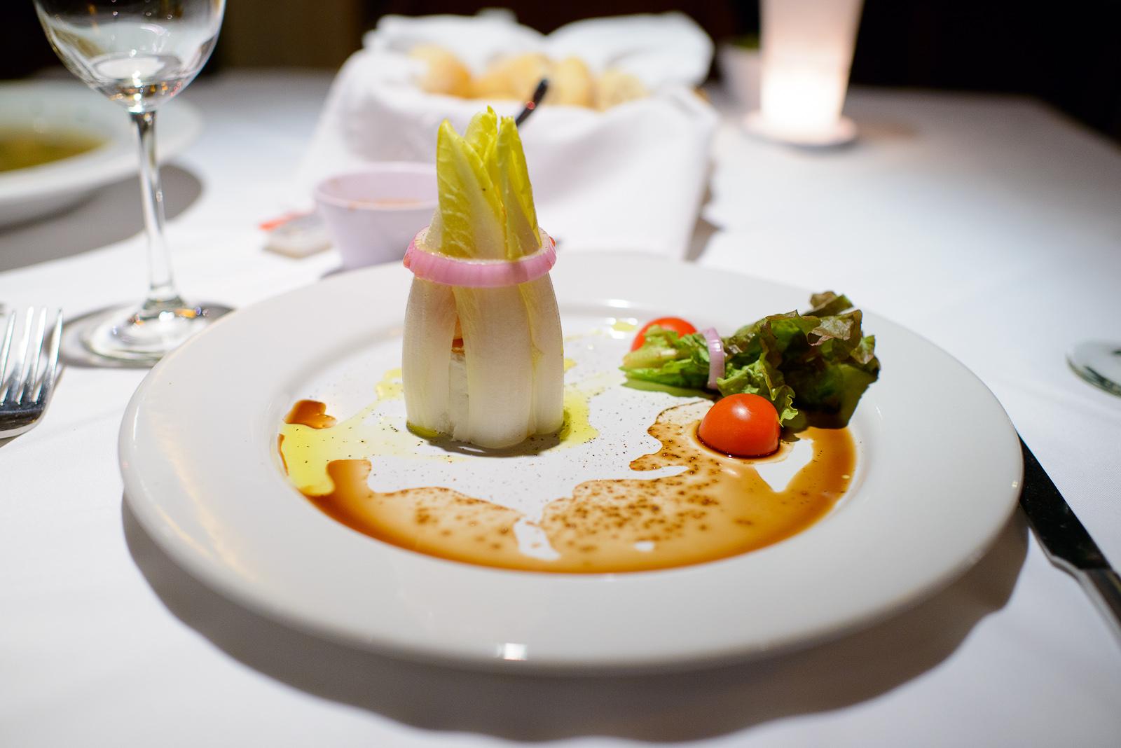 Ensalada de queso de cabra y salmón, lechuga de endivias, vinag