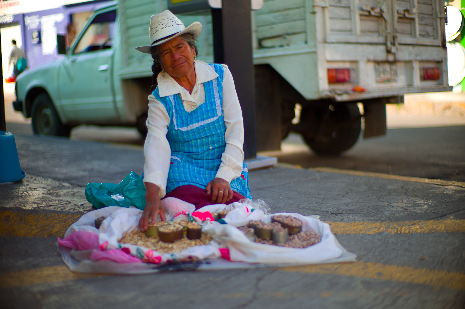 La vendedora de pepitas (pumpkin seed vendor)