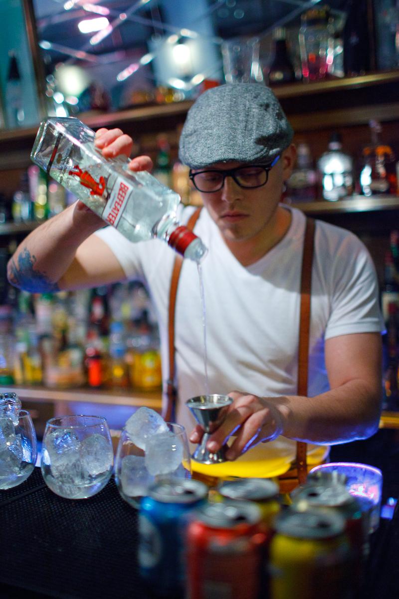 Making a Gin & Tonic