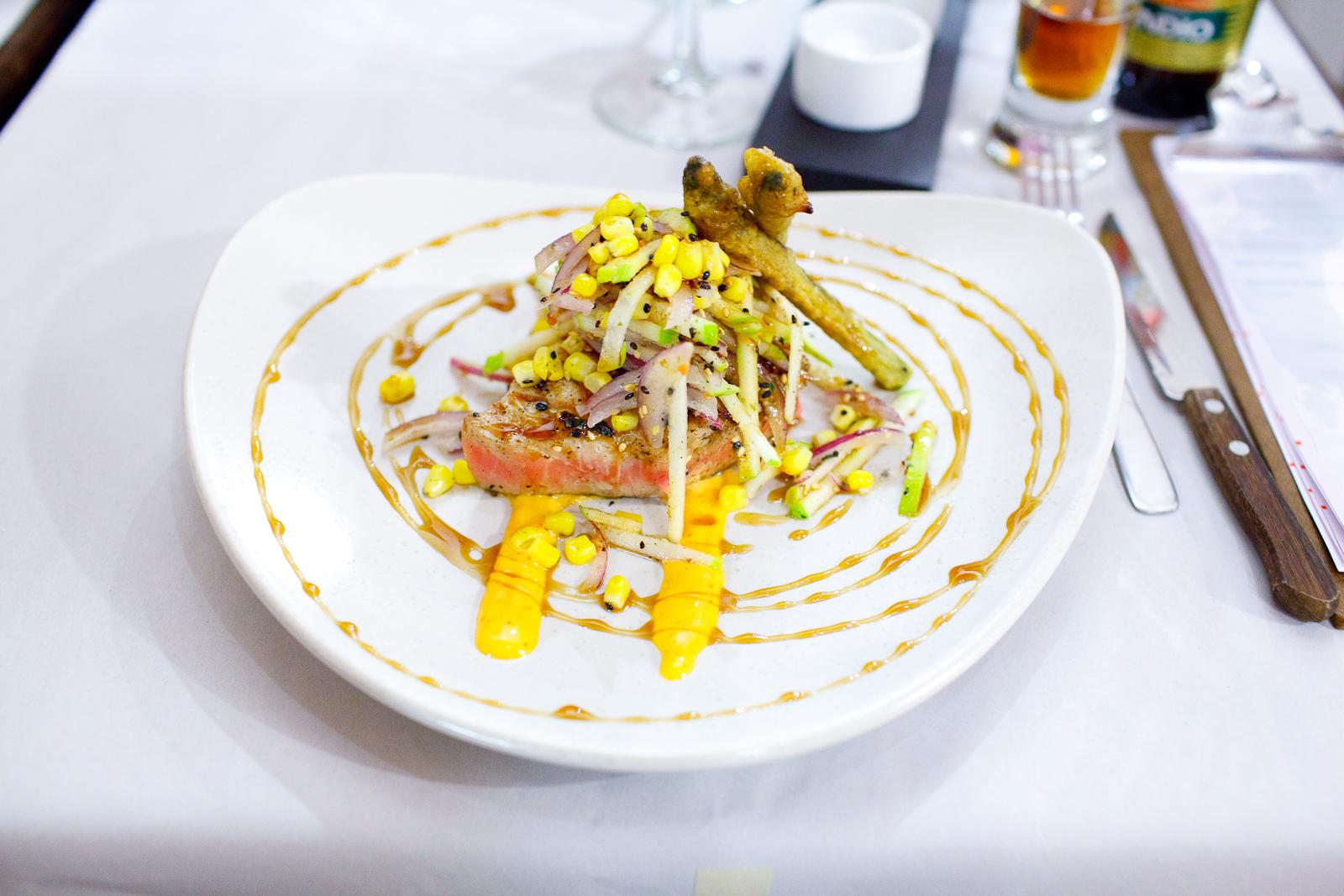 Atún sellado, ensalada de manzana, espárrago y salsa anguila (Seared tuna steak, apple salad, asparagus, and eel sauce) ($150 MXP)