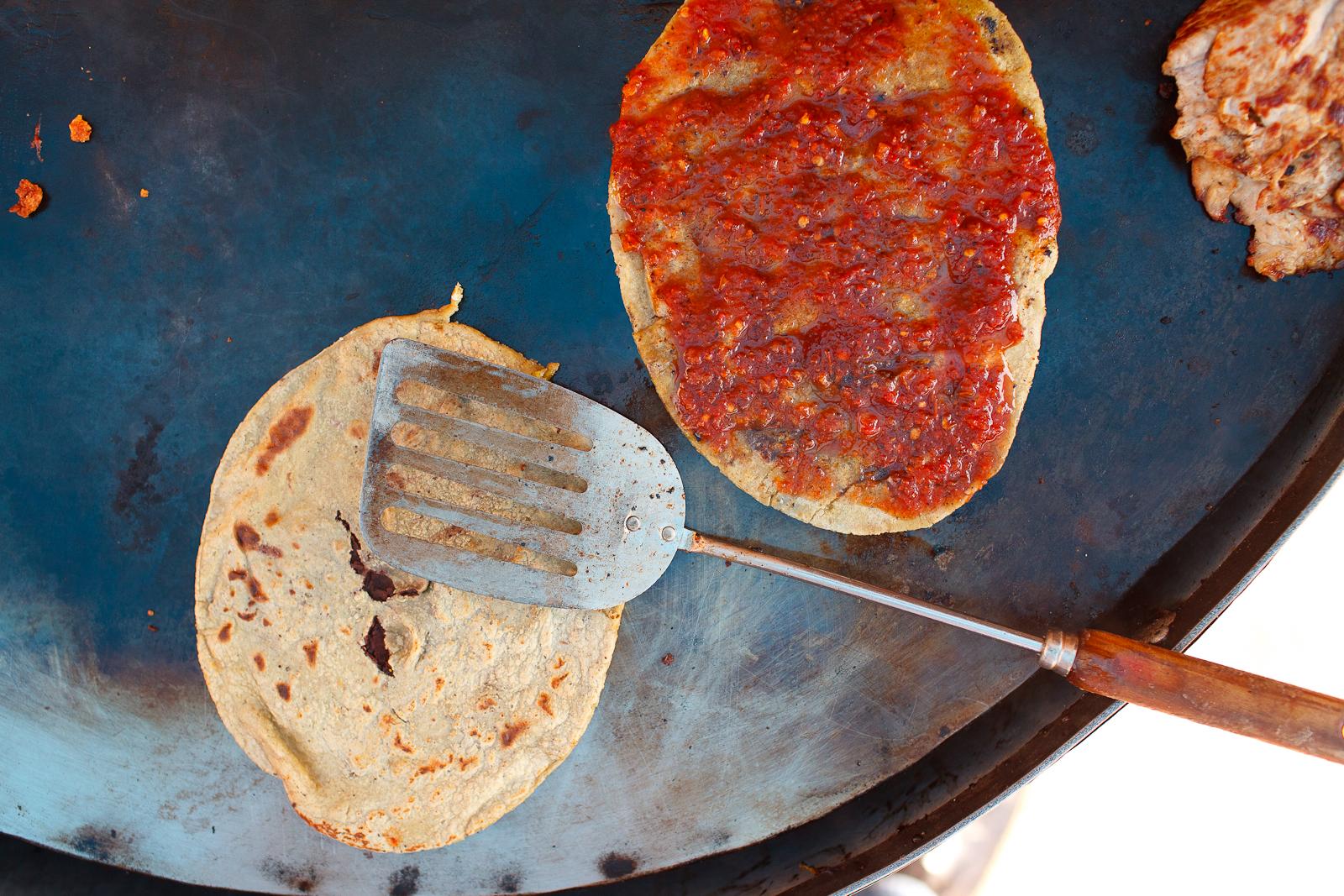 Tlacoyo de salsa rojo