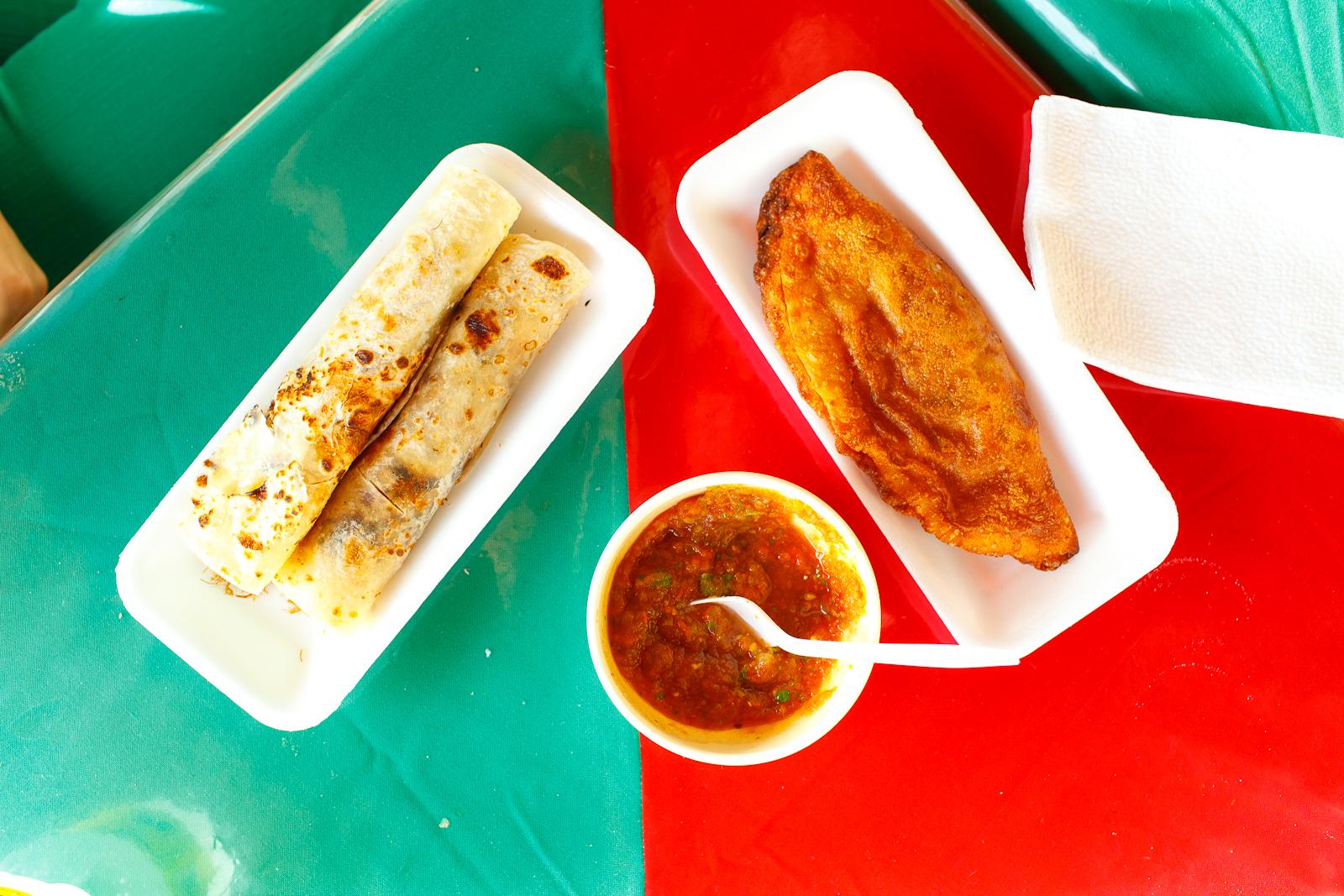 Burrito de machaca y empanada de carne deshebrada