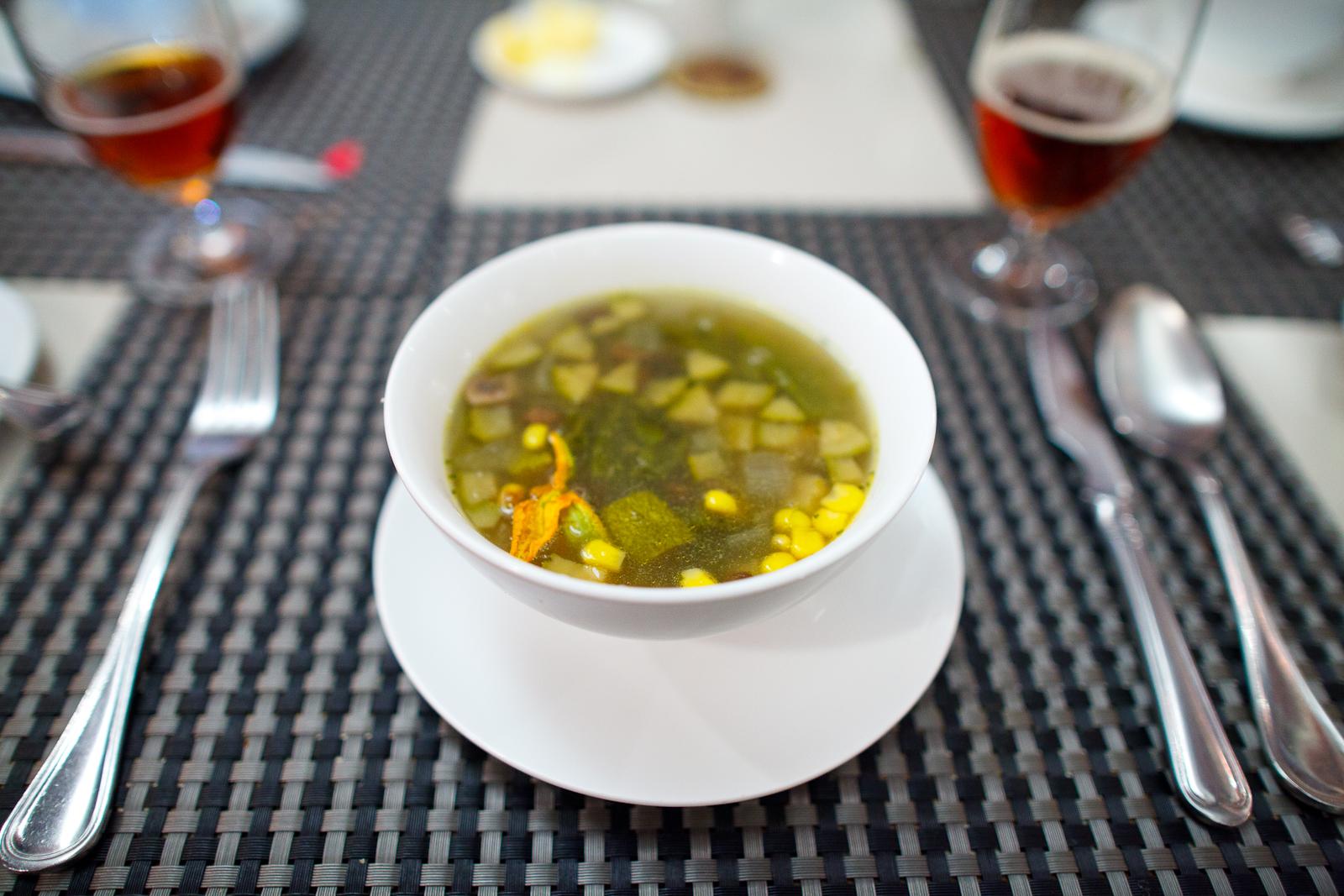 La sopa Poblana, flores de calabaza, granos de elote, rajas de chile poblano y hongos de la temporada (60 MXP)