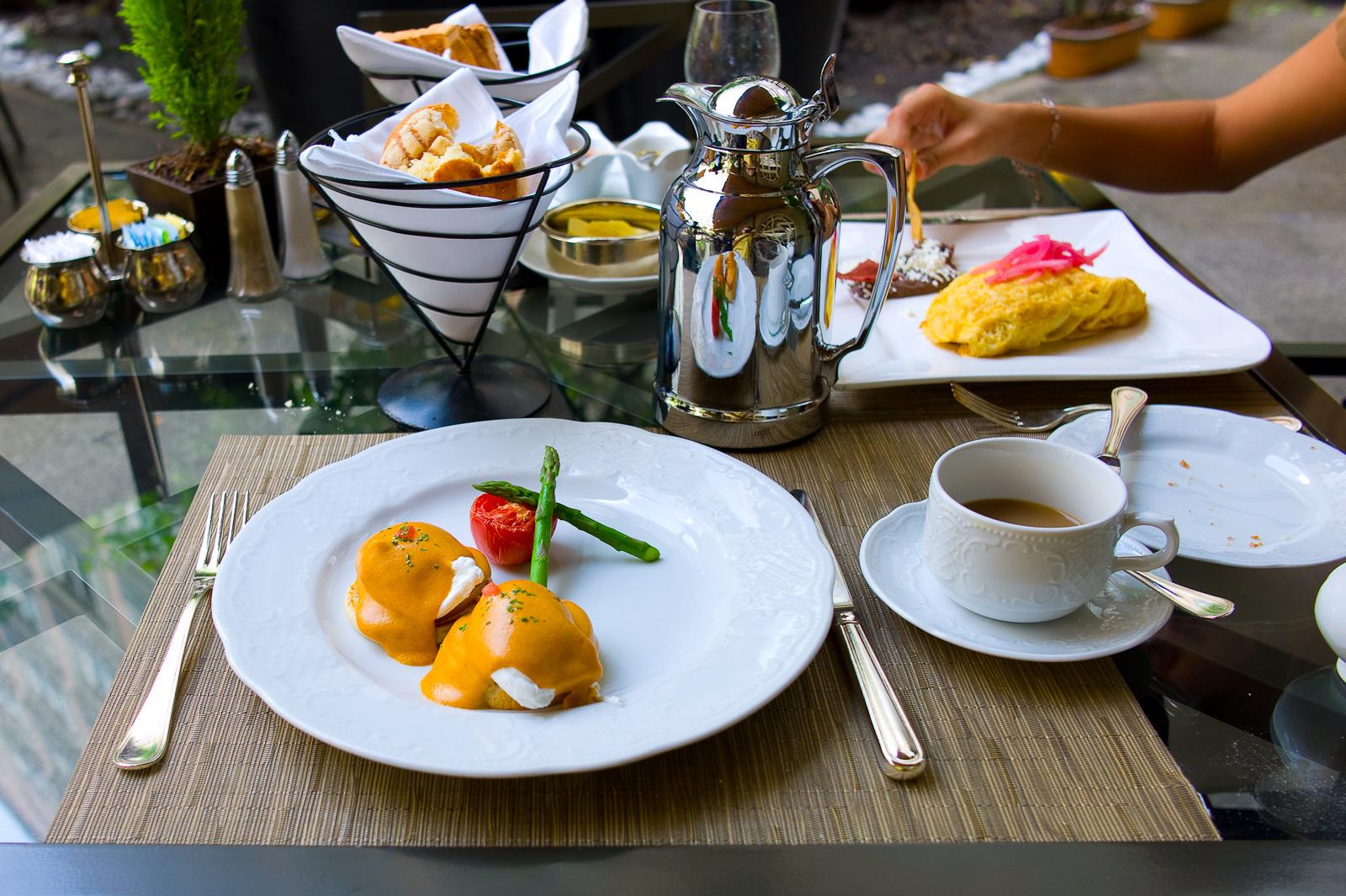 Huevos benedictinos con salsa Holandesa de chipotle (Eggs Benedict with Chipotle Hollandaise sauce) ($200 MXP)