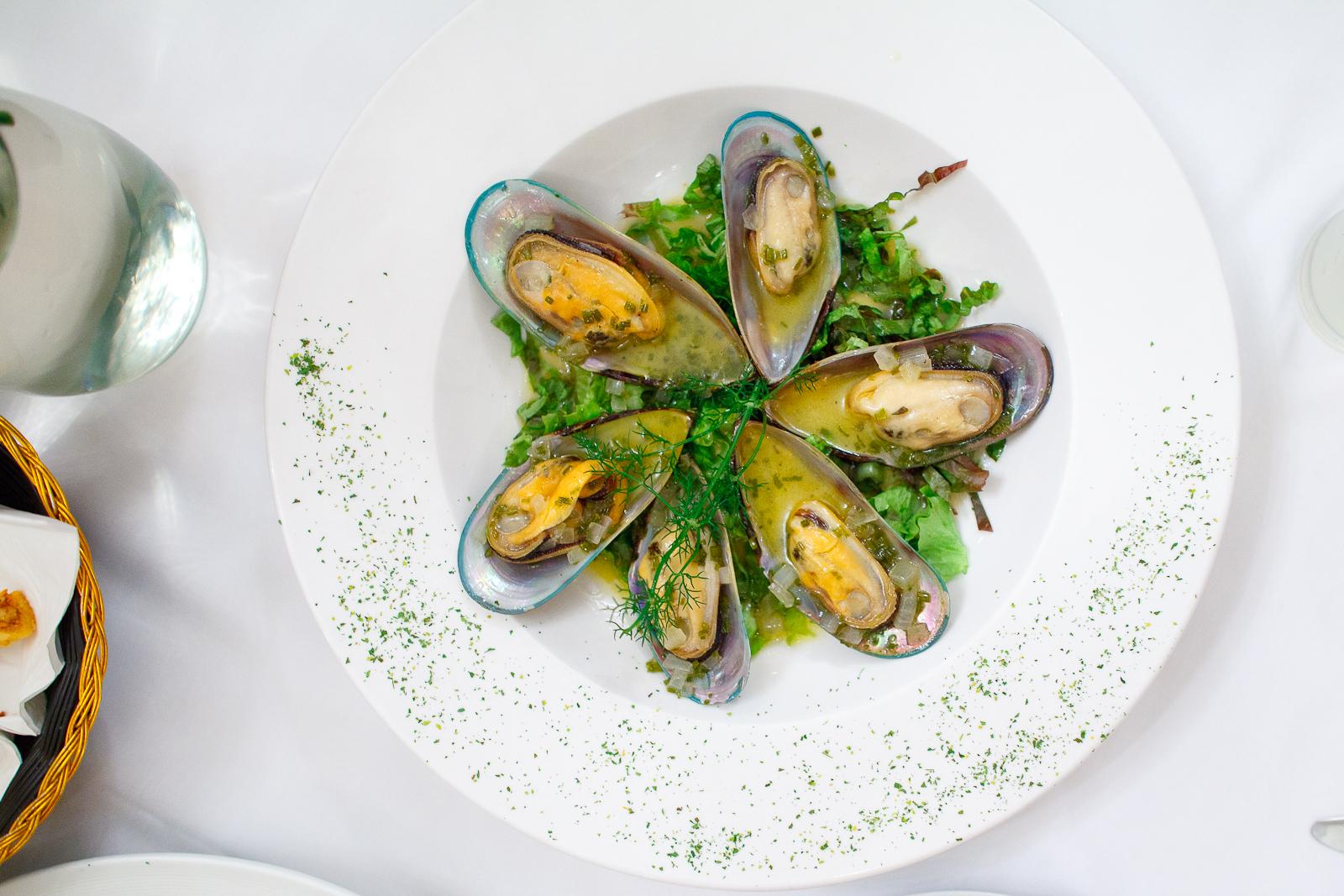 Mejillones en mantequilla maitre perfumados con un toque de chardonnay (mussels in white wine sauce) (115 MXP)