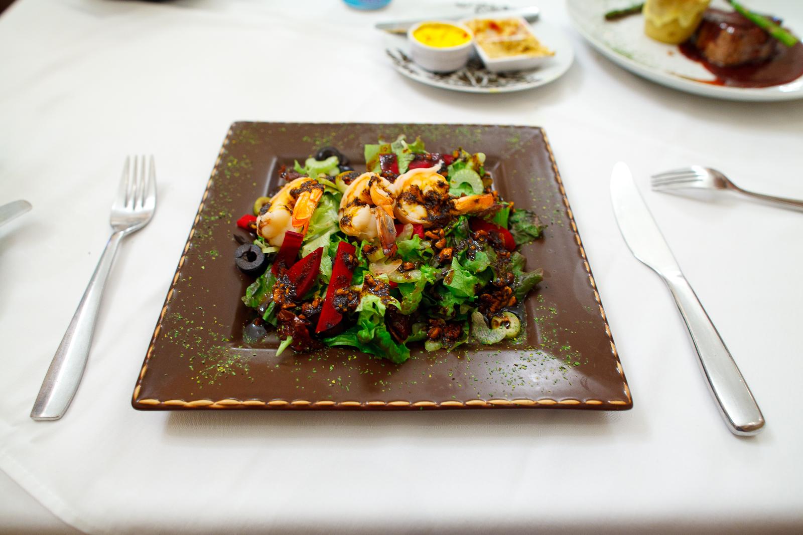 Ensalada trió de camarón - mezcla lechugas, jitomate, apio, aceituna, betabel en vinagreta de cacahuate y pasilla (shrimp salad with mixed greens, tomato, celery, tuna, beets in peanut vinagrette)