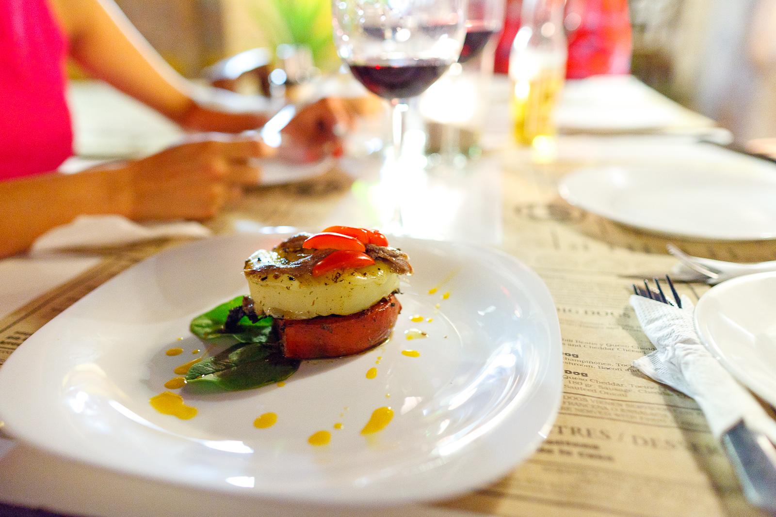 Provoleta en tomate a la parilla (Grilled provolone cheese and tomato) (MXP $77)
