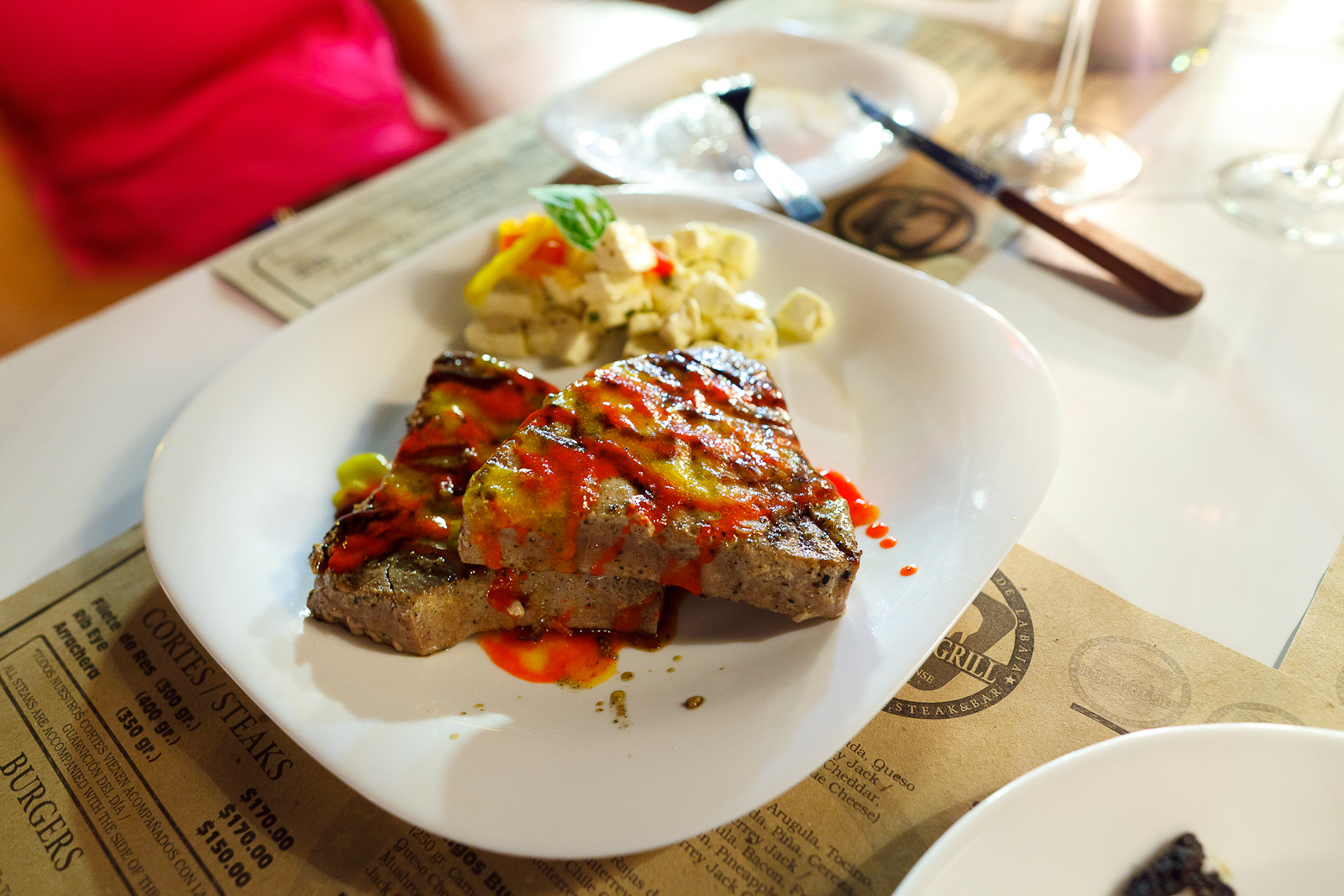 Bistec de atún a la parilla con queso fresco (Grilled tuna filet) (MXP $150)