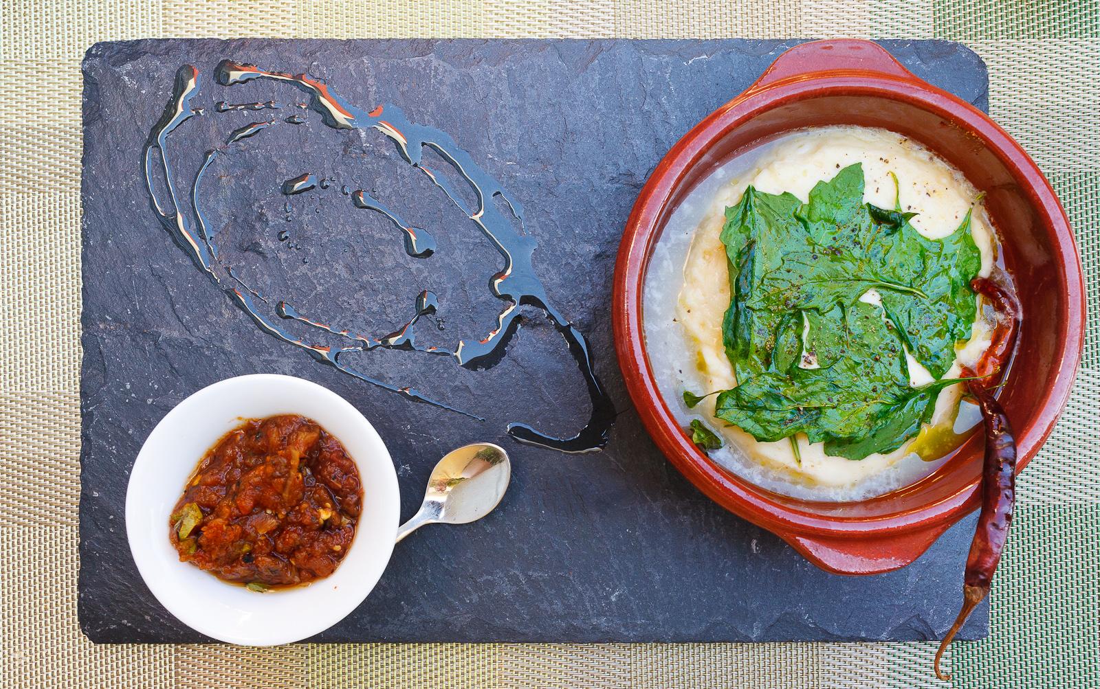 Queso fresco epazoteado con tortillas hechas en casa (MXP $88)