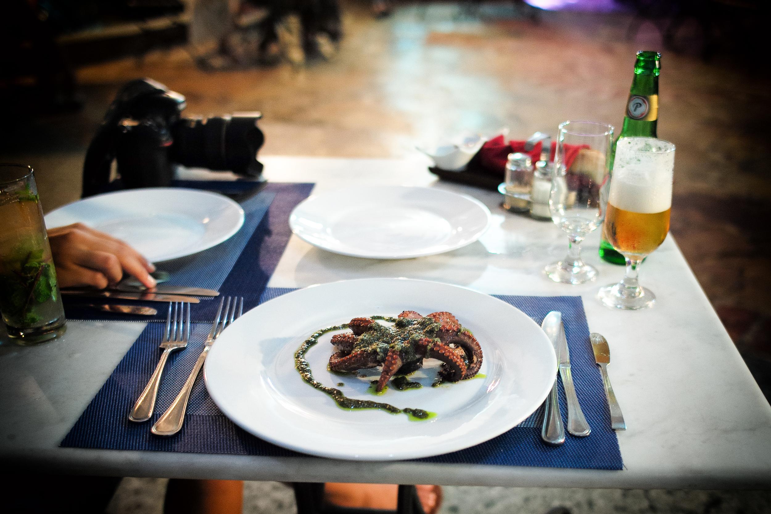Pulpo al carbón con pesto (Grilled octopus in pesto)