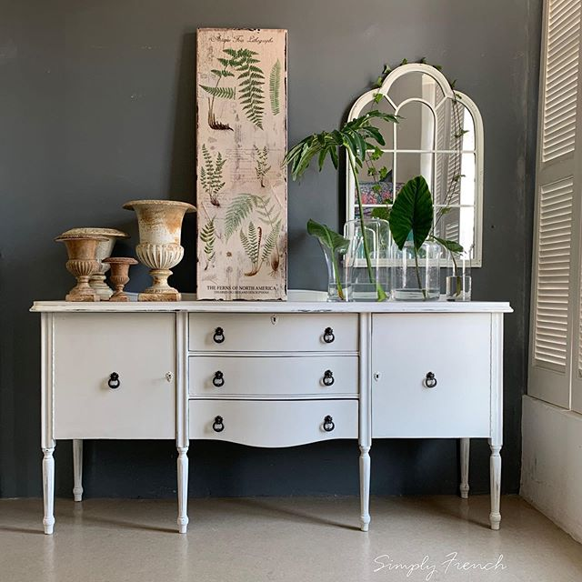 Painted this buffet in Annie Sloan Old White over a Graphite/Country Grey mix . I used Annie Sloan Clear wax and Chalk Paint Lacquer on the top . I still love vintage white and how it can transform brown dated furniture. Swipe to see before pic 🌿💚🌿#annıesloanhome #anniesloan #anniesloanchalkpaint #chalkpaint #anniesloanoldwhite #anniesloansa #paintedfurniture #zibraweeklypick