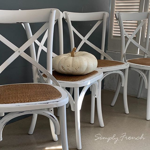 My customer wanted her brown chairs to have a fresh vintage farmhouse feel so I painted them with Annie Sloan Old White and distressed them a little . Redo and Reuse 🌿💚🌿#anniesloanhome #chalkpaint #anniesloansa #simplyfrenchsa #zibrafurnitureart #zibraweeklypick #anniesloanoldwhite