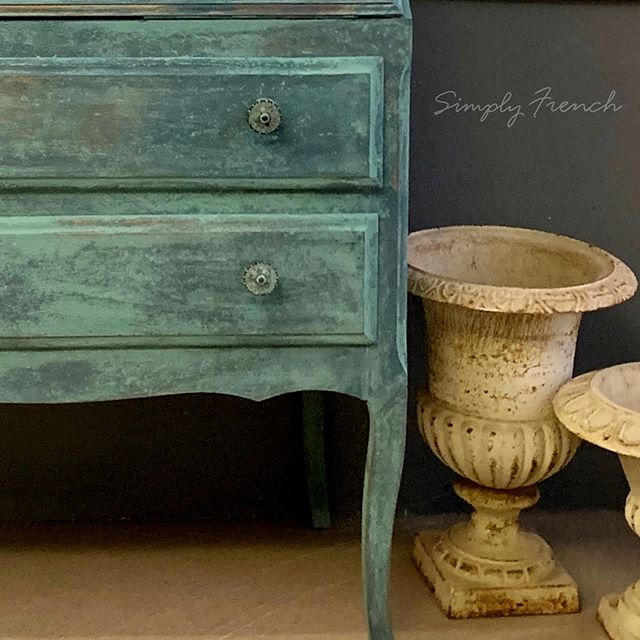 I spent a very happy day painting this Writing bureau with Annie Sloan Chalk Paint . I used the Frottage technique which is my most favorite way to apply paint 🌿💚🌿#anniesloanhome #anniesloansa #simplyfrenchsa #anniesloanprovence #zibrafurnitureart