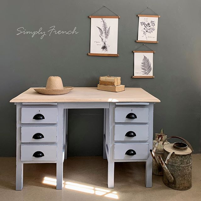 Annie Sloan Louis Blue with a little Paris Grey is one of my favorite mixes . Swipe to see what this desk looked like . This is for sale #anniesloanhome #anniesloansa #chalkpaint #annieslianchalkpaint #simplyfrenchsa #zibraweeklypick #paintedfurniture
