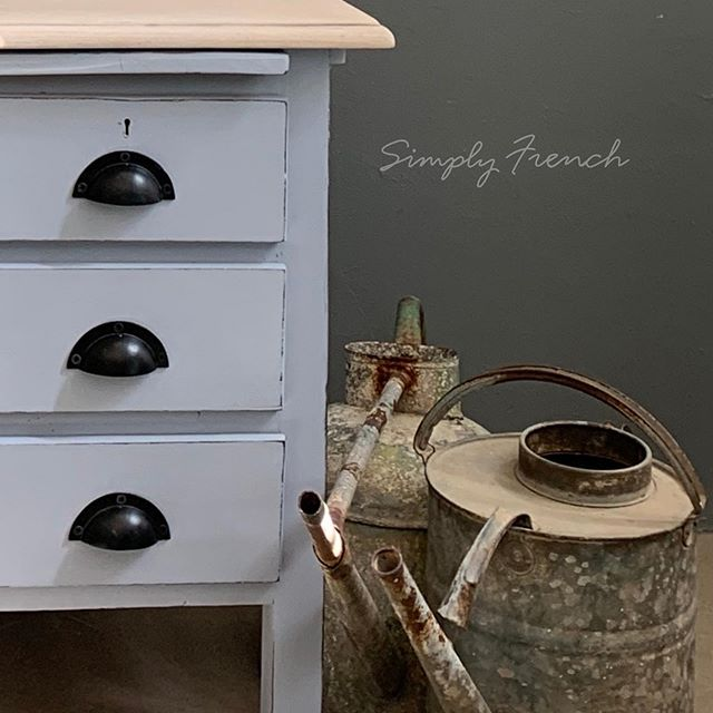 These old uninspiring desks call out to me for help and with a little love and Annie Sloan Chalk Paint I can make them useful and desirable . #anniesloanhome #anniesloansa #chalkpaint #zibrafurnitureart #simplyfrenchsa