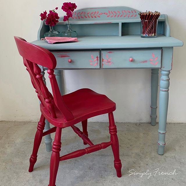 Another desk but this time for a young lady . Painted with a n Annie Sloan Coral Mix followed by Svenska . Swipe to see what it looked like before . This is for sale 🌿💚🌿#anniesloahome #anniesloansa #anniesloansastockist #chalkpaint #simplyfrenchsa