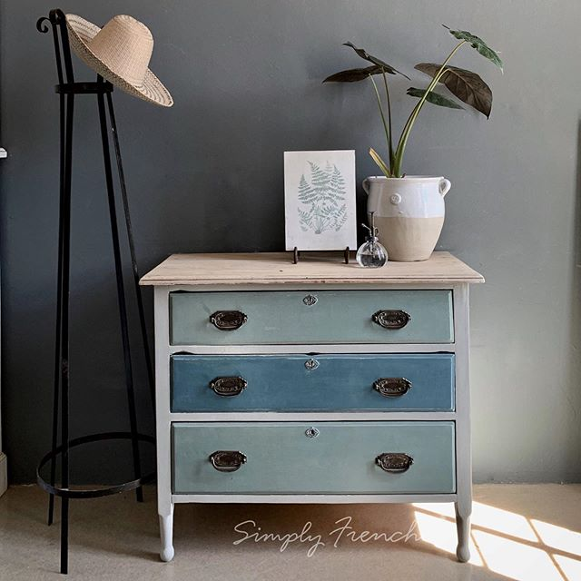 This was a commission job. She chose  Annie Sloan Paris Grey, Duck Egg Blue and a mix of Aubusson and Paris Grey . Good colour choice 💚🌿💚#anniesloanhome #anniesloansa #chalkpaint #anniesloanchalkpaint #paintedfurniture #zibraweeklypick