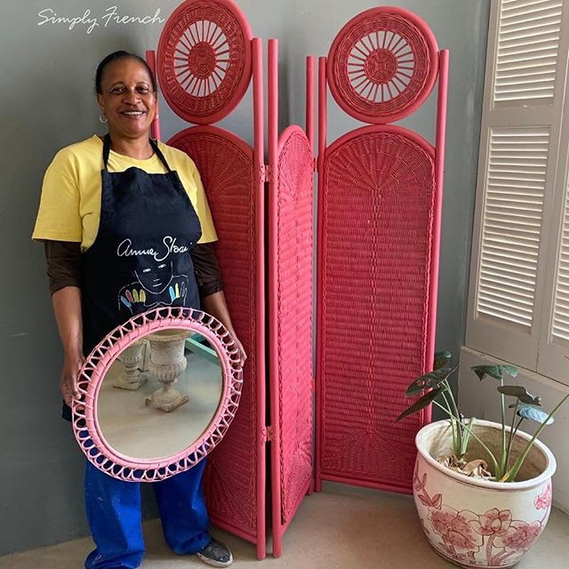 Time to introduce you to the Simply French Team . This is Jenero who has been in my life for 15 years. First she worked at my home and for the last 8 years has played a big part in Simply French. She has become an amazing Annie Sloan Painter and Colour mixer!! She painted this wicker screen and mirror ( yes you can paint wicker with Annie Sloan Chalk Paint)  I think she did an amazing job 💚🌿💚#anniesloanhome #anniesloansa #chalkpaint #simplyfrenchsa #anniesloanchalkpaint #anniesloanpaintedfurniture