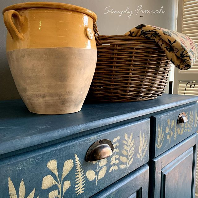 Annie Sloan Aubusson Blue is one of my favourite colours . It is a colour that has both blue and green in it . 🌿💚🌿#anniesloanhome #anniesloanaubussonblue #anniesloansa #simplyfrenchsa #zibrafurnitureart