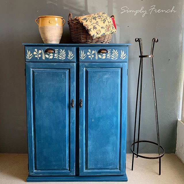When you buy a second hand painted piece of furniture you are shopping with a conscience 🌿🌿🌿I used Annie Sloan Aubusson Blue. This is for sale #anniesloanhome #anniesloansa #chalkpaint #anniesloanaubussonblue #anniesloan #zibraweeklypick #anniesloanpaintedfurniture #simplyfrenchsa