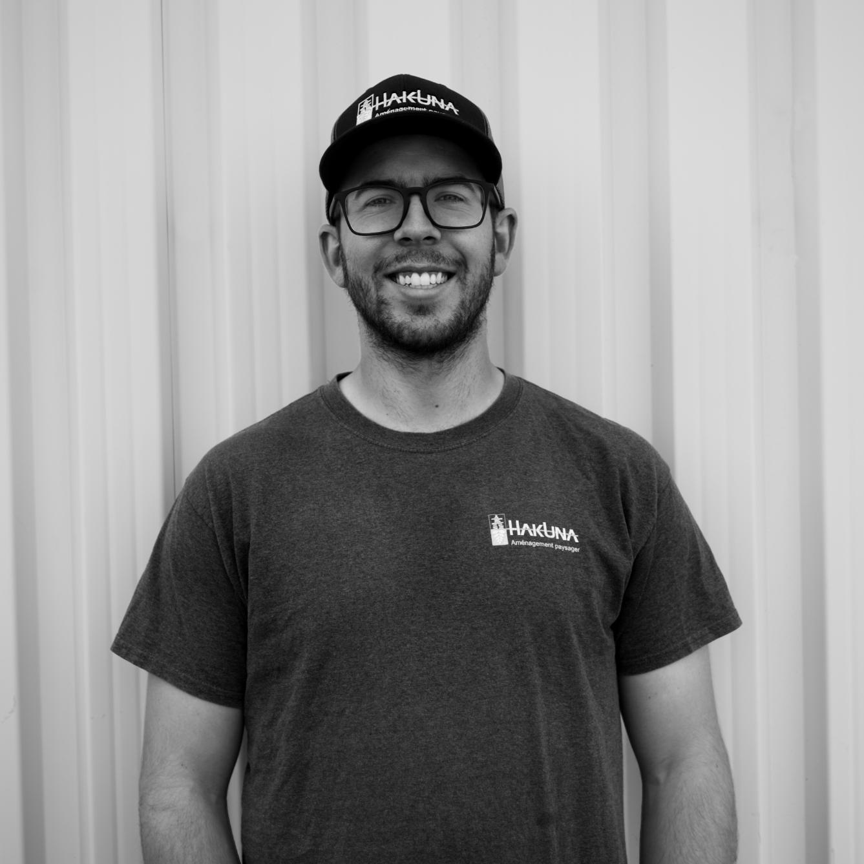 Jean Samuel Maynard  Jean Samuel œuvre dans le domaine depuis 2009 et obtient en 2012 son DEC de l'ITA en Paysage et commercialisation en horticulture ornementale. C'est au printemps 2012 qu'il décide de fonder HAKUNA et de mettre à profit sa créativité pour la conception de votre projet et sa passion pour le réaliser.
