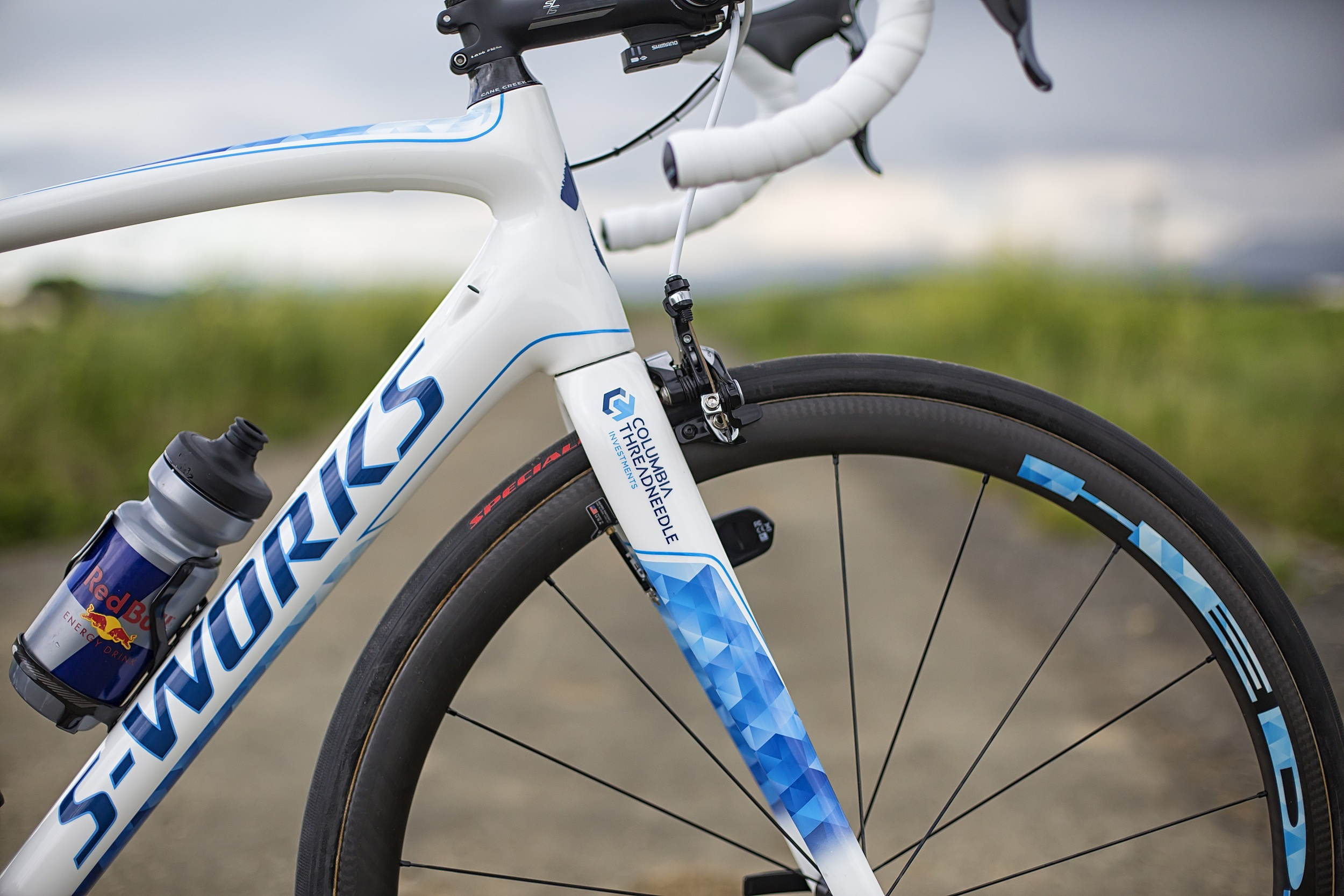 The bike is accompanied with HED Stinger 3's with S-works all-round 2 26mm tubular tires