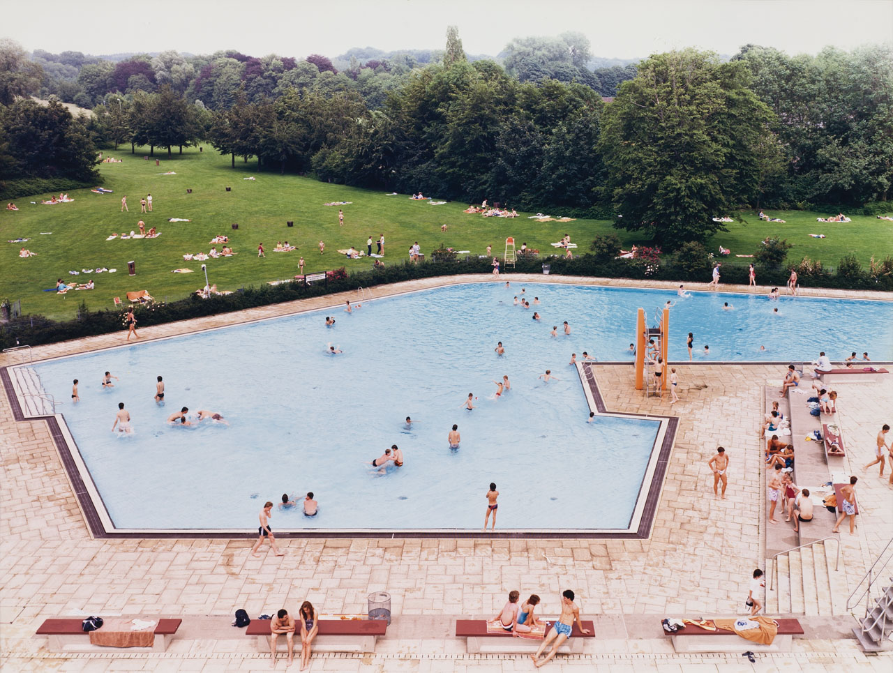 andreas-gursky-a_ratingenschwimmbad-in-fried.jpg