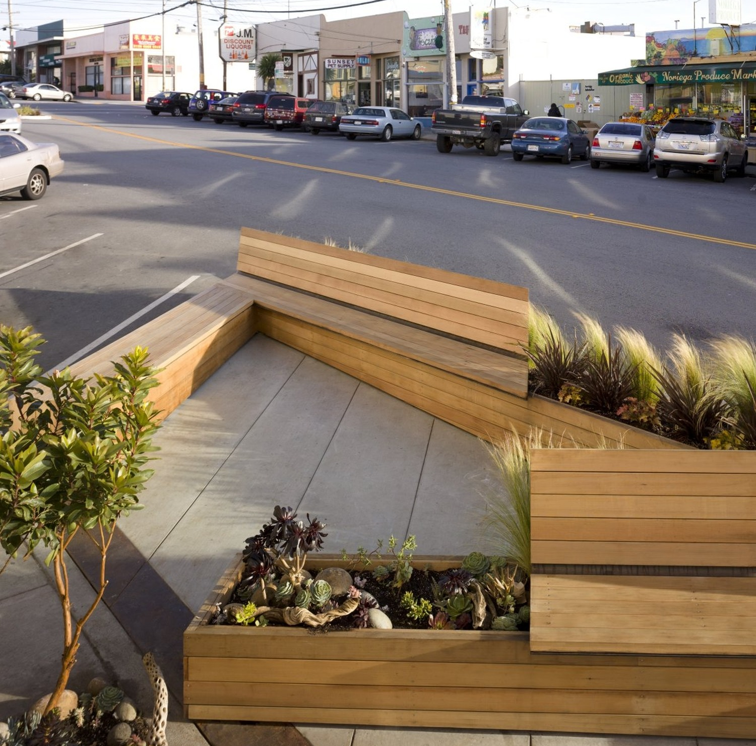 A parklet on Noriega Street between 45th and 46th Streets provides a fun outdoor meeting spot for neighbors.