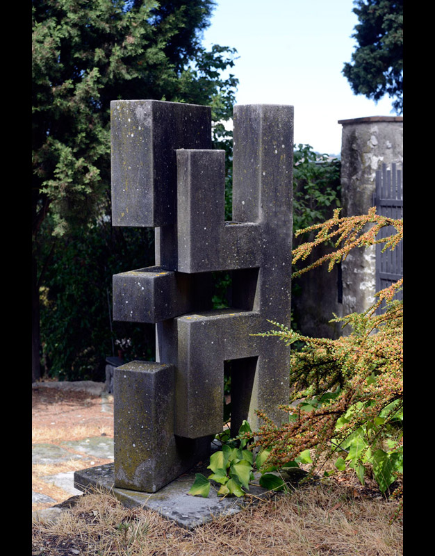 Incastro, 1970  pietra serena, 108x39x56 cm