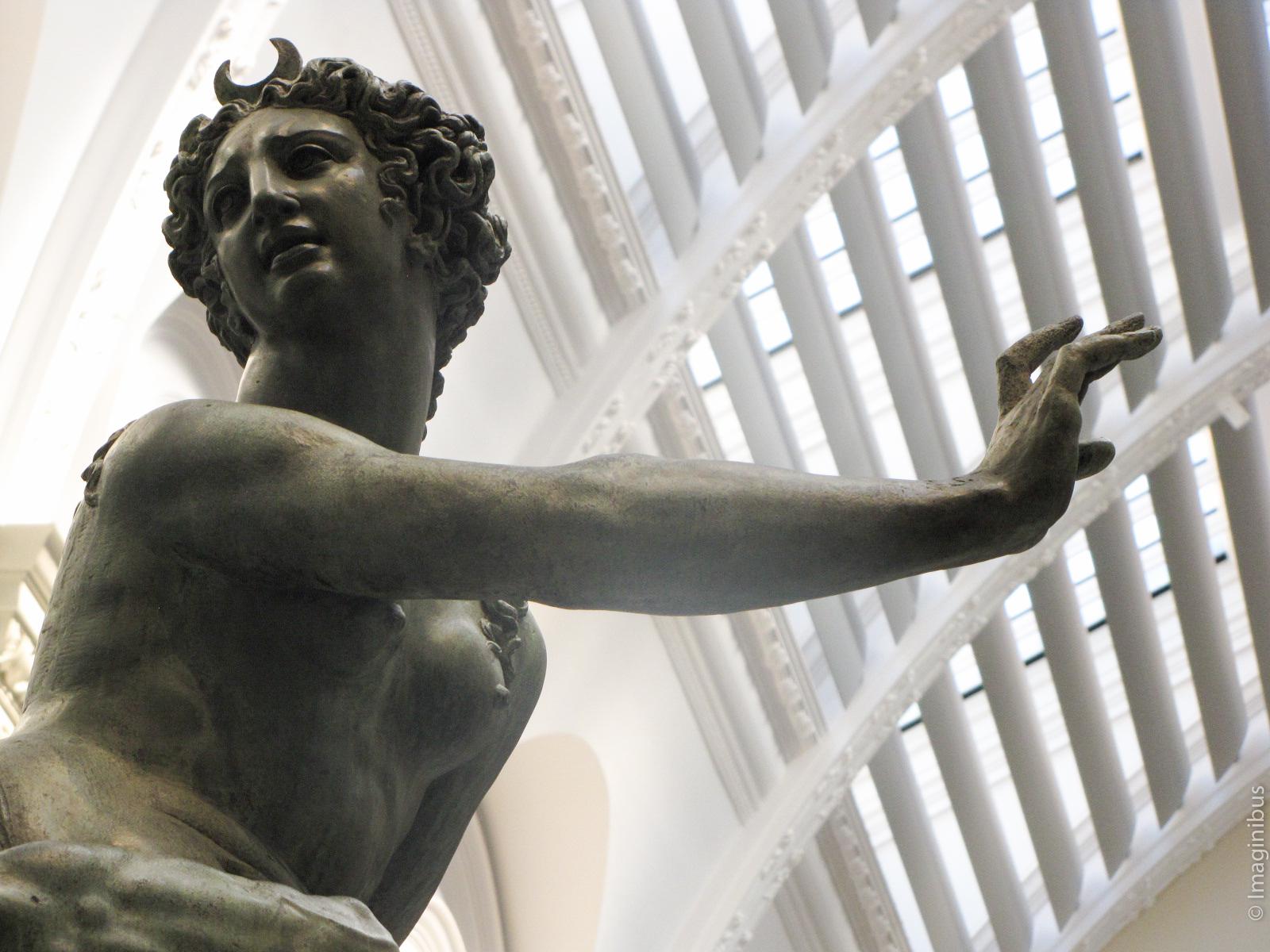 Victoria and Albert Museum, London, Statue