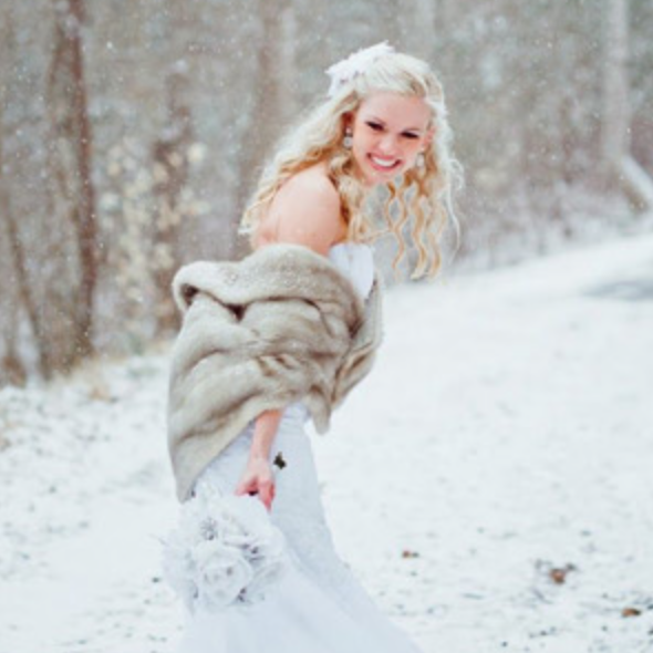 Fur shawl and white rose bouquet makes for an amazing photo, one to remember!  Photography by jacquelynnphoto, via frostedetticoatblog