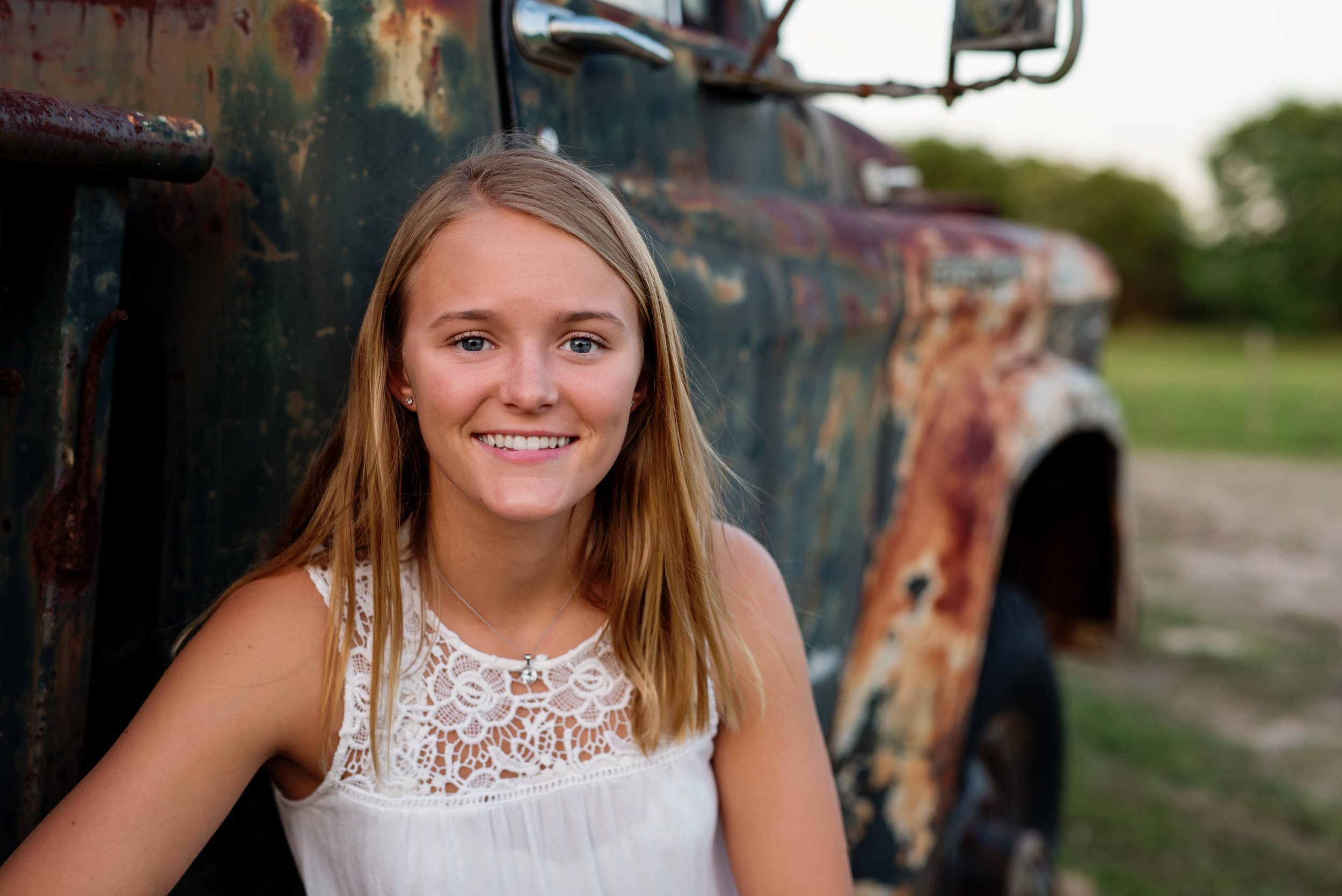 senior portraits with rusty truck