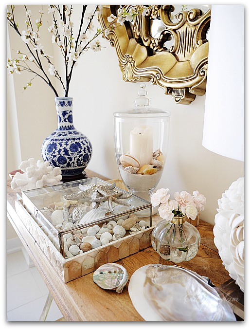 Blue and white porcelain chinoiserie vase in entry foyer table | Classy Glam Living