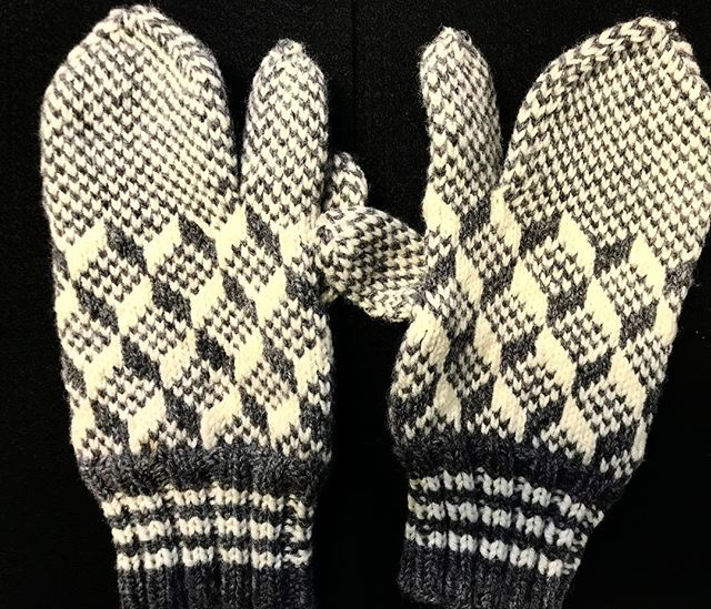 Thankful for me t'ree finger mitts.  Says it's only -10° out there, but it feels a lot colder. ... #coldweather #mitts #mittens #treefingers #triggerfinger #newfoundlandmittens #newfoundlandmitts