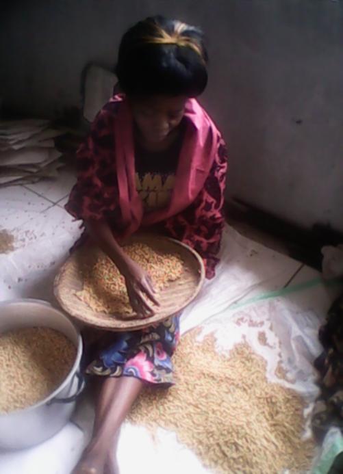 Chongo Mulenga from St Antony preparing soya for frying at Dr Elizabeth Rini Medical Health Centre