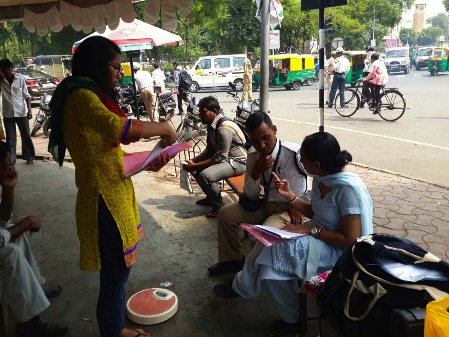 Amee Raval  (GHE '16) (left) and Dr. Priya Dutta, from Indian Institute of Public Health, (right) were administering a baseline questionnaire to a study participant at Lal Darwaza Traffic Junction in Ahmedabad, India.