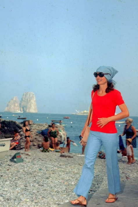 Photo from  http://en.vogue.fr/fashion/fashion-inspiration/diaporama/beauty-and-the-beach/9242/image/562849#!jackie-kennedy-in-capri