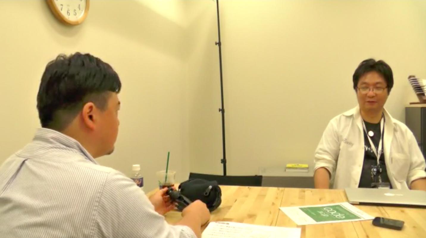 松村太郎氏(コードアカデミー高等学校スーパーバイザー)からインタビューを受ける簗瀬氏