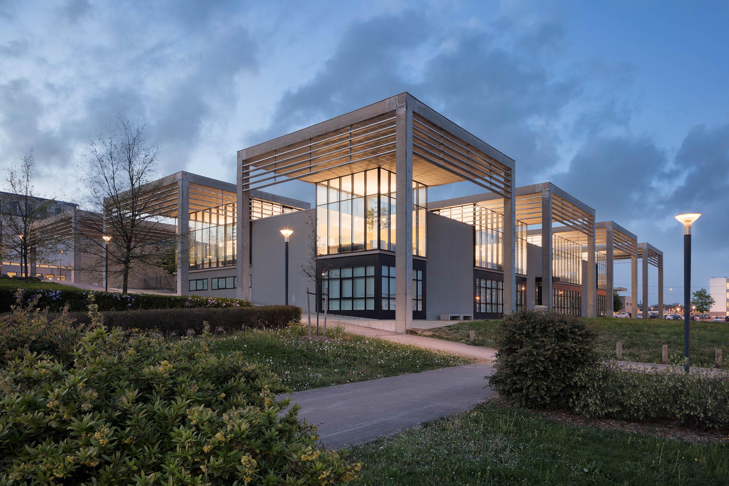 Bibliothèque Universitaire Médecine-Pharmacie - Besançon  Architecte: Christian Schouvey
