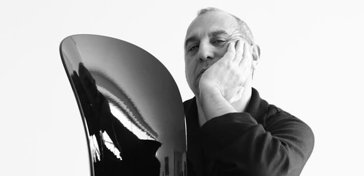 """Giovannoni Design   Salon inventar kollektion: Green First Collection Stefano Giovannoni - arkitekt, industriel og indretningsarkitekt - og Elisa Gargan Giovannoni - indretningsarkitekt og Stefano's kone, har designet øko-sustanable frisørsalon møbler for Presence Paris Green First Collection. Architect, industri og interiør designer, født i La Spezia, bor og arbejder i Milano samarbejder med virksomheder, herunderAlessi, BM, Deborah, Fiat, Flos, Henkel, Helit, Inda, Laufen, Magis, Normann Copenhagen, Oras, Oregon Scientific, Seiko, Siemens, 3M, Voismart, osv. Han har også designet en række produkter, som har mødt stor kommerciel succes, herunder for Alessi, Girotondo og Mami, plastprodukter, Bagno Alessi og """"Bombo"""" interval for Magis. Vinder af adskillige priser og konkurrencer, hans værker er en del af det fantastiske Georges Pompidou-centret og samlinger af MOMA i New York."""