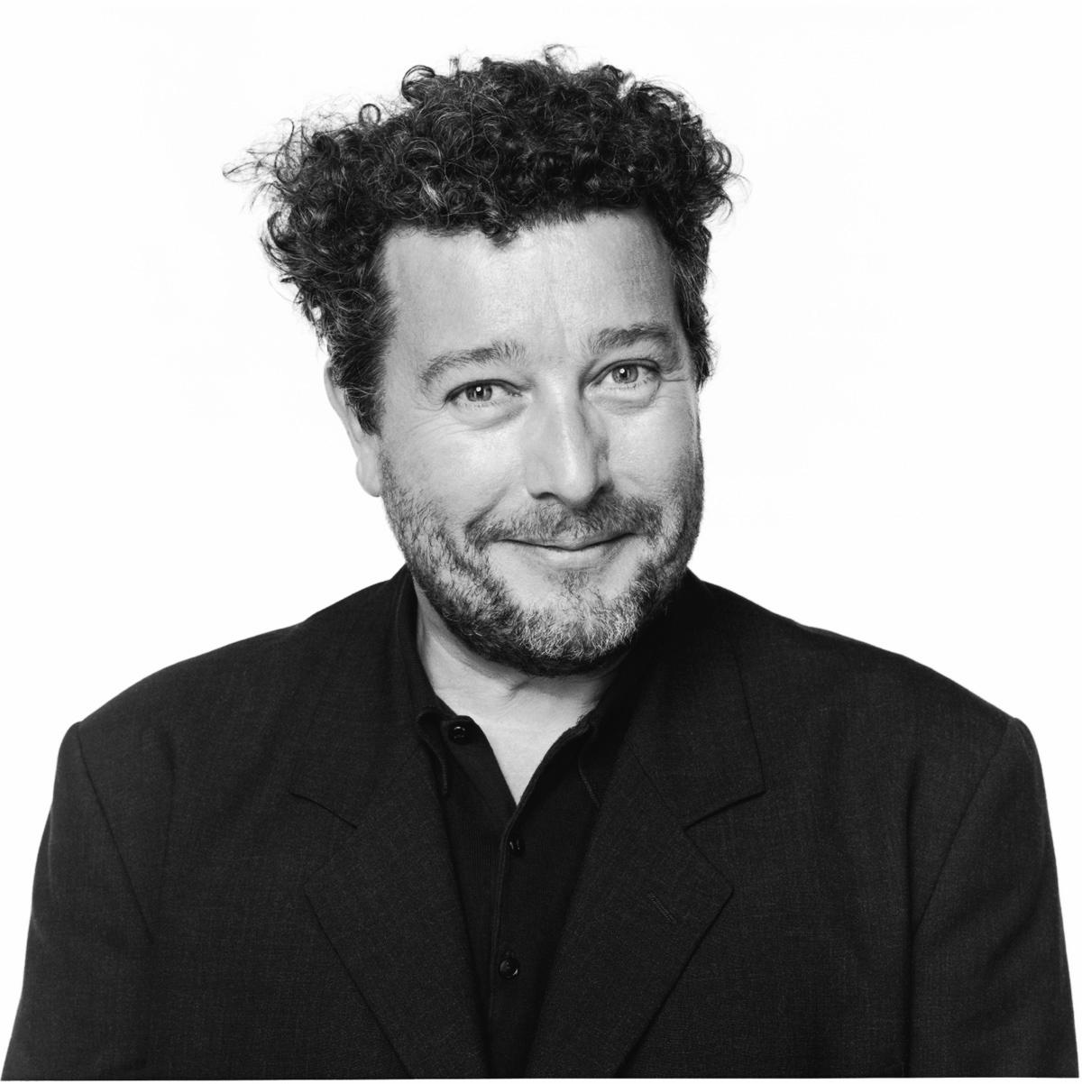 """Philippe Starck  """"Stylish and contradictory""""  Salon inventar kollektioner: Classic, moderne, techno, En designer, der altid udtrykker forskellige genrer i hans design:udfordrende og traditionelt. Beskrevet som den eneste designer til at have nået """"status af en rockstar"""", Philippe Starck er lige så rost som kritiseret. Moderne selvom mistroisk over for fremskridt, forsigtigt """"selv promoverende"""", med foragt for pressen, har Starck opbygget et imperium af design på frugtbar, modsigende fundamenter. Starck design krydser forskellige genrer og udfordrer ethvert traditionelt design, fra smarte hoteller i New York til tandbørster. Ifølge Stark, oprettelsen af smukke objekter og strukturer er kun et potentiel biprodukt af hans højeste mission:at skabe et ærligt og brugervenligt respektfuld design."""