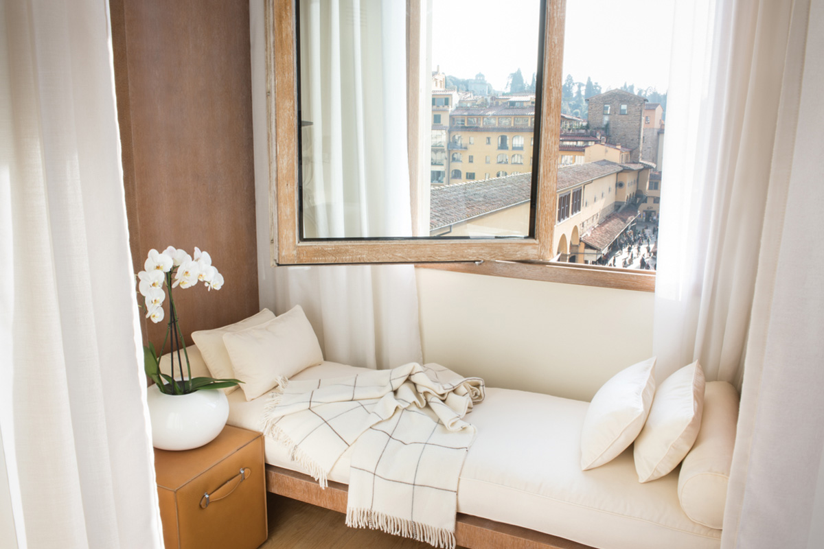 lungarno-collection_continentale_deluxe-arno-view_bedroom-photogallery-2.jpg