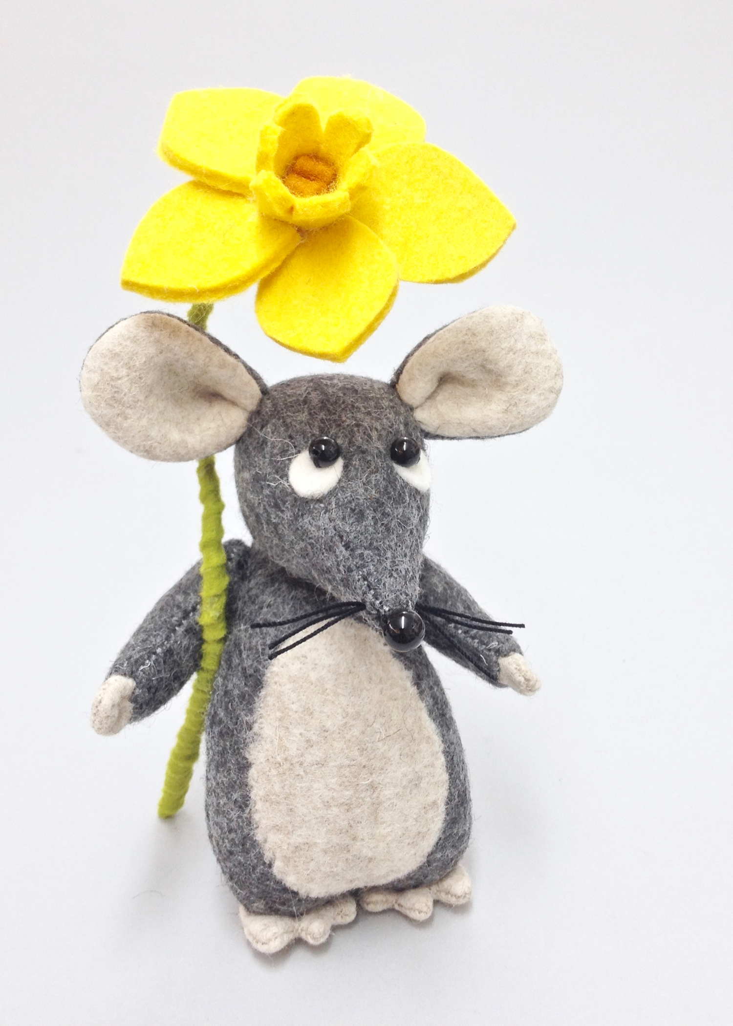 Bilberry Woods felt mouse with daffodil by Laura Mirjami