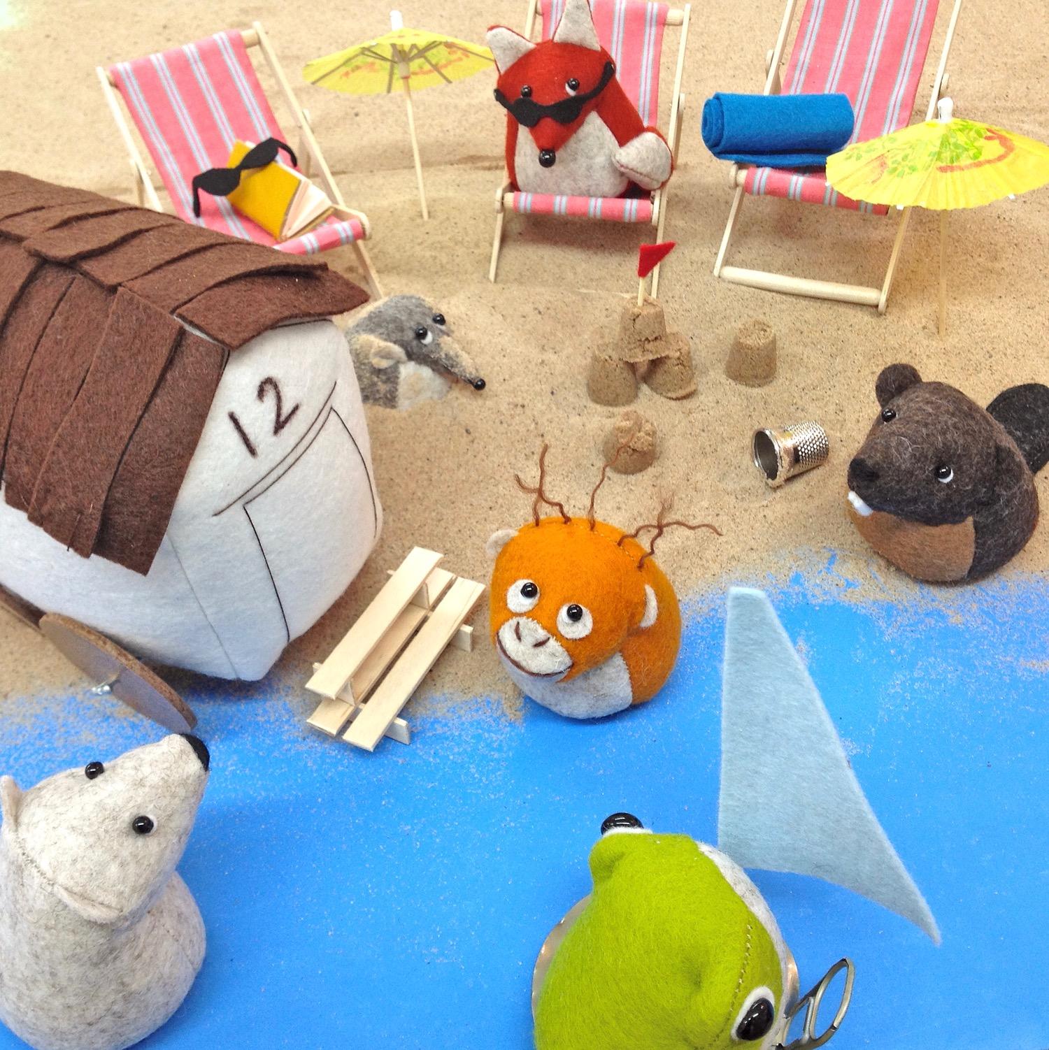 DIY Miniature Deck Chair Photo Tutorial - Felt Animals on the Beachby Bilberry Woods
