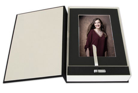 The Foliobox is the perfect memory to celebrate your joy and confidence. It offers up to 20 matted prints in the 20x30 centimeters format. Each printed image is