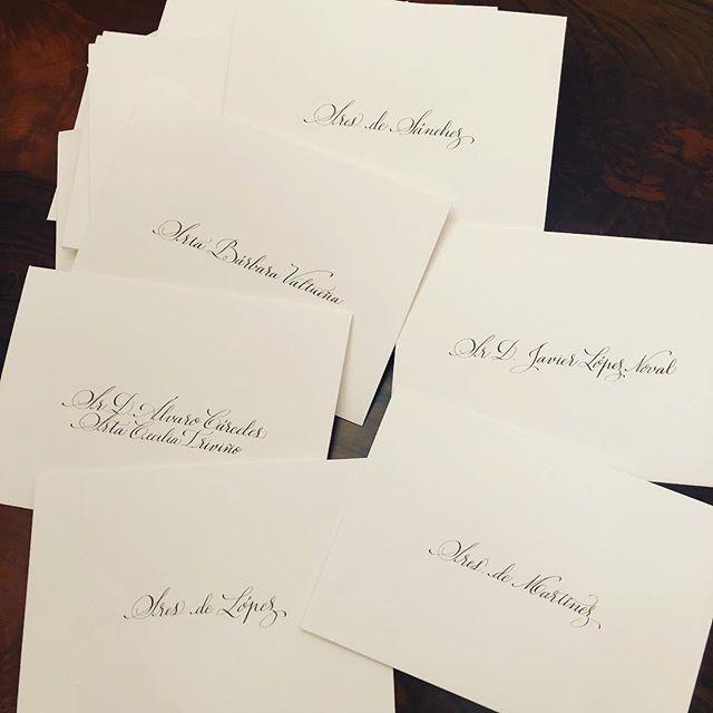Tarde de lluvia y caligrafía artística en plena temporada de invitaciones de boda. #caligrafia #caligrafiaconarte #invitacionesdeboda #papeleria #detallesquemarcanladiferencia