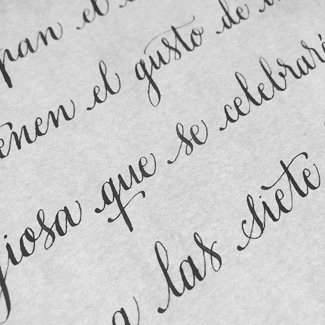Tarjetones de invitaciones de boda con caligrafía artística. Sencilla y llanamente perfecto. O no? #invitacionesdeboda #copperplate #caligrafia #detallesquemarcanladiferencia #caligrafiaconarte #bodas2019 #handmade #hechoamano #papeleria