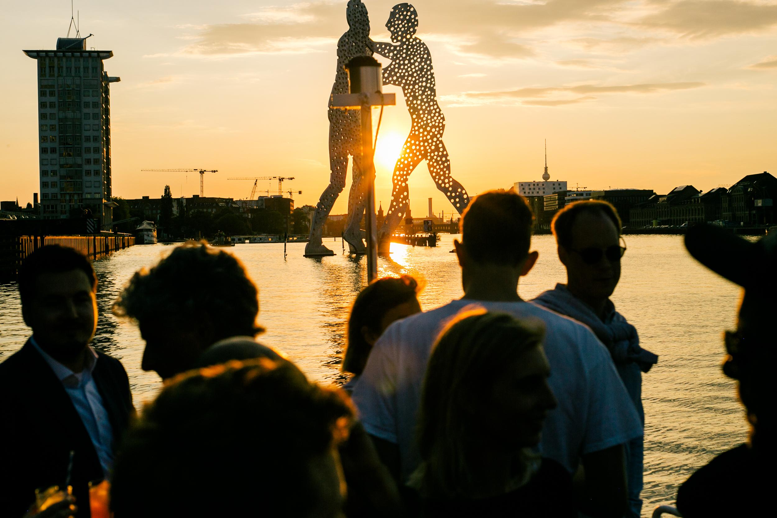 Sekt on the river - Bei einem kühlen Getränk und guter Musik schippernwir dem Sonnenuntergang entgegen und erleben Berlin aus einer ganz neuen Perspektive.