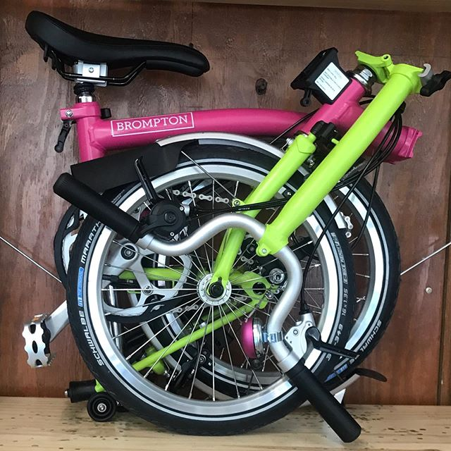 Not a demure one, this Brompton.  And how about this perfectly matched Margarita bell? #bromptonbicycle #bromptonchicago