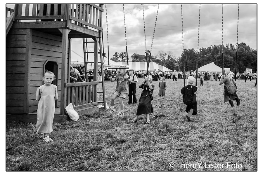 Amish and Mennonite children swinging. | : henrY Leiter Foto